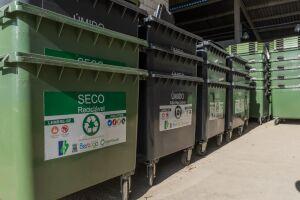 Os equipamentos são distribuídos em pares, sendo um para o lixo reciclável, e outro para resíduos úmidos e não recicláveis