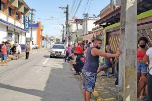 Muita gente está reclamando do tempo da fila da vacina no Itapoan