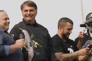 O ex-ministro da Saúde, Eduardo Pazuello, sem máscara e o presidente da República, Jair Bolsonaro, acenam a apoiadores.
