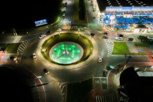 Fonte da Praça dos Emancipadores, no Centro, está iluminada de verde em alusão à campanha Julho Neon