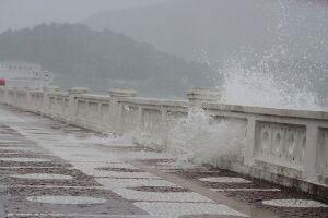 A Marinha do Brasil emitiu um alerta neste domingo (19) para uma ressaca marítima que se forma no litoral paulista