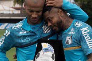 Sánchez recebe placa das mãos de Marinho.