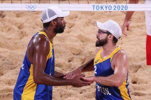 A dupla brasileira de vôlei de praia Evandro e Bruno Schmidt venceu, de virada, nesta sexta-feira, os poloneses Bryl e Fijalek, com parciais de 19/21, 21/14 e 17/15