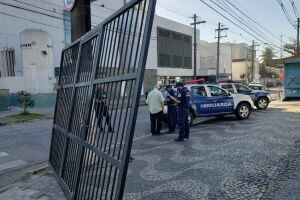 Segundo o boletim de ocorrência, o portão de alumínio pertence a um estabelecimento comercial desativado na Avenida Conselheiro Nébias