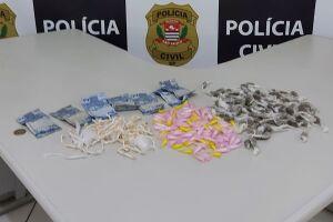 Os policiais civis diligenciavam pelo Bairro Jussara quando visualizaram o suspeito vendendo as drogas