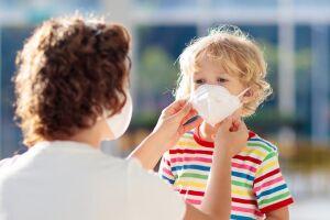 A vacina ainda é a melhor forma de prevenção da doença, porém a redução brutal dos casos é atribuída ao uso de máscara
