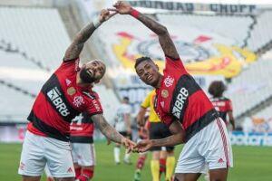 Gabigol e Bruno Henrique comemoram gol.