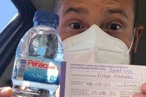 """O ator Filipe Azeredo mostrando sua água """"Pé Na Cova""""."""