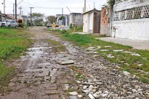 Moradores reclamam sobre a falta de pavimentação e de serviços de melhorias na Rua Antônio Roque Pereira, no Balneário Oásis, em Peruíbe