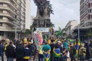 Cerca de 150 pessoas se reuniram na Praça da Independência, no Gonzaga, em Santos, desde as 14h desse domingo (01) .