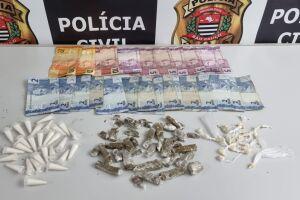 Dentro da sacola, os investigadores localizaram 37 porções de maconha, 27 pedras de crack  e 28 pinos com cocaína