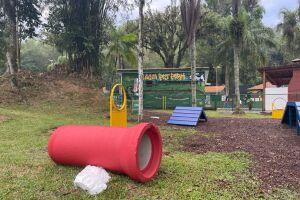Lagoa Pet Parque é totalmente cercado por áreas verdes e dispõe de bancos para os criadores e bebedouros próprios para os cães