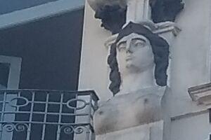 Cabelo e sobrancelha já estão prontos, falta só os lábios, em um prédio ocupado pela Prefeitura na Rua XV de Novembro, 183