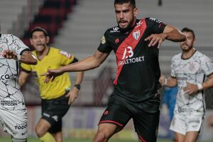 Zé Roberto em disputa de bola com Gabriel.