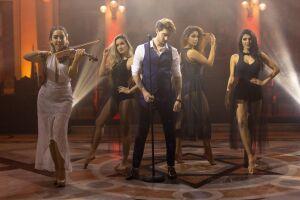 O cantor pop romântico Alex Fava durante gravação do clipe no Museu do Café, em Santos