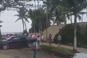 A briga entre a cozinheira e a cliente foi filmada por testemunhas na Praia de Pernambuco, Guarujá