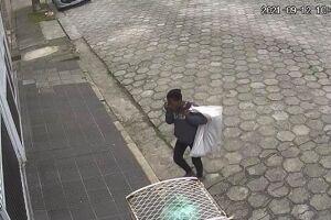 as imagens que mostram a pessoa furtando a tampa de metal deixaram muitas pessoas indignadas