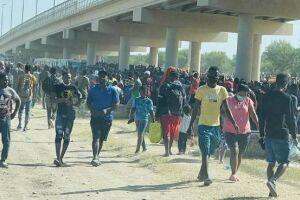 Seis mil haitianos foram removidos de um acampamento improvisado nos EUA mas quase 10 mil permanecem debaixo da ponte