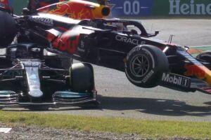 O carro da Red Bull terminou em cima da Mercedes e ambos trocaram acusações, jogando a culpa um no outro