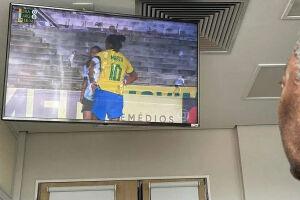 Pelé assistindo ao jogo da seleção feminina