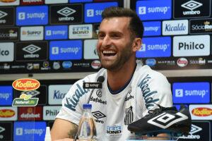 Atacante Léo Baptistão faz análise otimista para o Santos no Campeonato Brasileiro