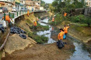 No primeiro dia de limpeza, foram retiradas 2,5 toneladas de lixo, areia e vegetação