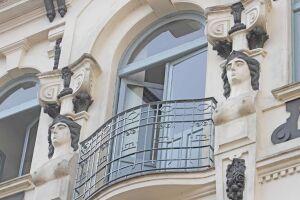 Prédio da Rua XV de Novembro, cedido à Prefeitura, teve suas máscaras pintadas sem amparo técnico. Prefeitura culpa proprietário