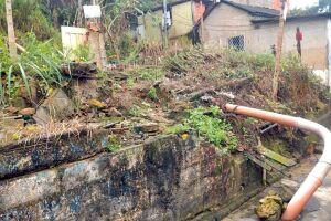 Tubulação que era improvisada virou permanente e ainda prejudica a comunidade local