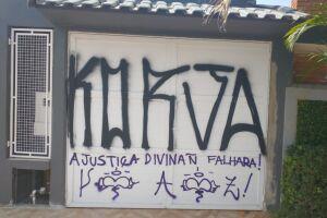 Casa, localizada no bairro Suarão, foi amanheceu pichada neste domingo (26)