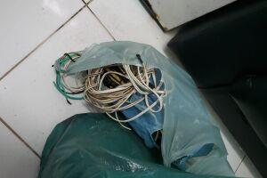 Nos locais, situados na área rural e no Bairro Caraguava, os policiais civis apreenderam 47,5 metros de fio de cobre oriundos de furtos realizados nas redes elétricas por usuários de drogas