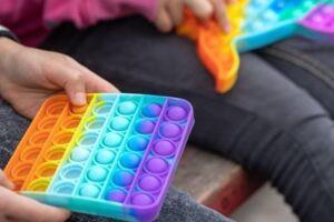 O pop-it é um brinquedo colorido de silicone com bolhas.