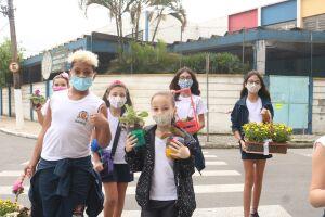 Crianças ofereceram flores aos moradores do entorno da escola, em Santos