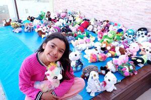 A pequena Maria Clara, de 6 anos, doa as pelúcias que ganha para crianças carentes