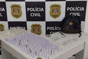 Policiais apreenderam 534 porções de drogas que seriam comercializadas no Bairro Jardim Praia Grande