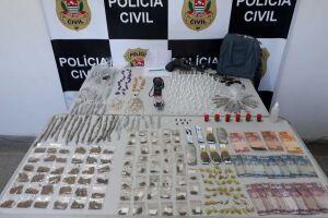 480 porções de drogas  e uma arma foram apreendidas