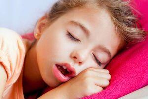 Crianças que dormem de boca aberta podem ter apneia do sono e alteração emocional