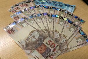 A prisão ocorreu após a constatação de que havia cédulas falsas de R$50,00 no pacote encomendado