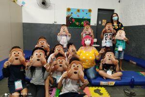 As atividades ministradas nas escolas municipais visam trabalhar com os próprios alunos