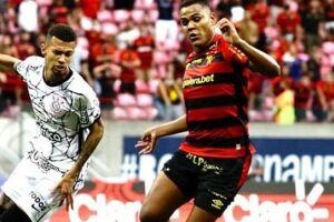 Disputa de bola entre zagueiro do Corinthians e atacante do Sport.