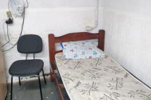 A fiação segue improvisada perto da cama em que descansam os profissionais do Samu de Santos