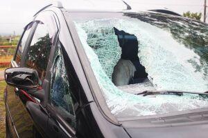Pedra destruiu para-brisa e atingiu a cabeça do estudante, em Cubatão