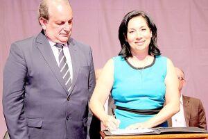 Prefeita Maria Antonieta de Brito assinou na tarde de ontem o edital de concessão, contrução e exploração comercial do Aeroporto Civil Metropolitano de Guarujá
