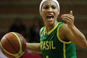 Adrianinha, 37, é uma das jogadoras de confiança do técnico Antônio Carlos Barbosa na seleção feminina de basquete