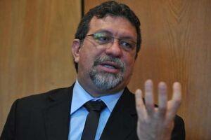 O líder do PT na Câmara, Afonso Florence (BA), denunciou na manhã desta terça-feira (31) na Comissão de Ética Pública da Presidência da República dez ministros do governo interino de Michel Temer