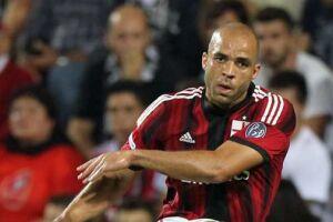 Zagueiro de 33 anos está perto do fim do contrato com o Milan, da Itália, e tem o carinho do torcedor santista, que pediu retorno do jogador campeão brasileiro em 2002