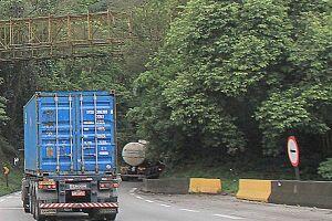O crime ocorreu na pista sul da rodovia na tarde de sábado (28); outros motoristas também foram alvos, segundo caminhoneiro