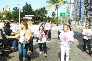 Grupo de mulheres distribuiu flores e panfletos para motoristas e pedestres