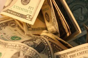 O Ibovespa opera em alta e o dólar cai ante o real