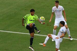 Volante sentiu cãibras desde a metade do segundo tempo e permaneceu no gramado para decretar a vitória do Santos diante do Coritiba, na Vila Belmiro