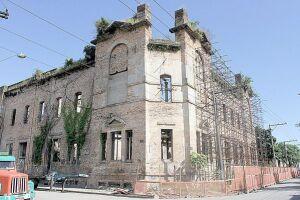 Edificações de importante caráter histórico estão depredadas e sem conservação na Baixada Santista; Hospedaria dos Imigrantes, construída em 1912, está abandonada
